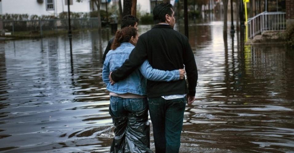 31.out.2012 - Moradores andam por ruas alagadas na cidade de Little Ferry, no Estado americano de Nova Jersey. A passagem do furacão Sandy pela região deixou grandes partes da cidade submersas e sem energia elétrica
