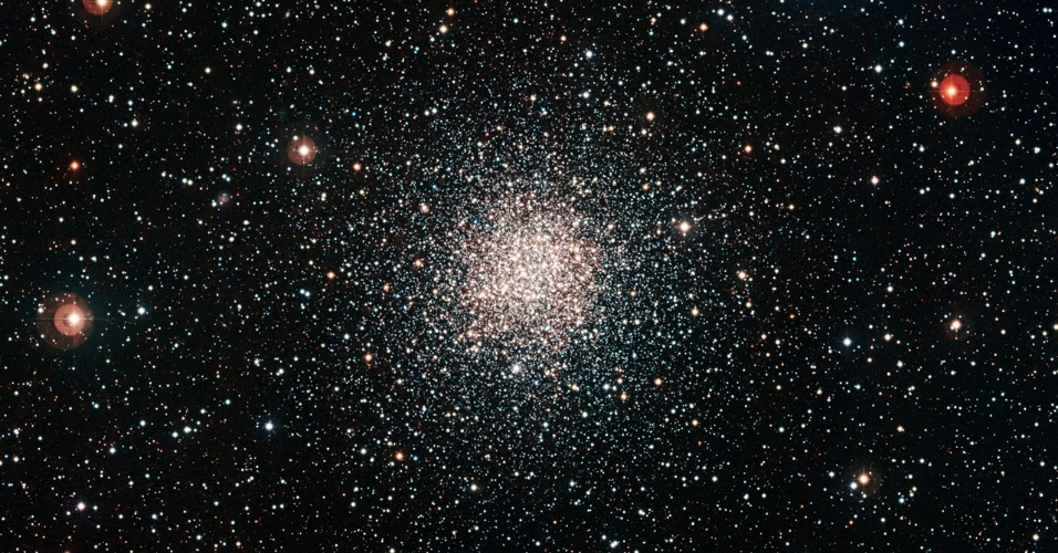 31.out.2012 - O telescópio do Observatório Europeu do Sul, no Chile, captou uma nova imagem do aglomerado globular NGC 6362, uma espécie de esfera brilhante de estrelas. Junto com um registro do telescópio Hubble, a composição dá a melhor visão já obtida até hoje desse objeto pouco conhecido.Os aglomerados globulares são compostos por milhares de estrelas muito antigas, mas também podem conter algumas que parecem mais jovens. Eles estão entre os objetos mais antigos do Universo