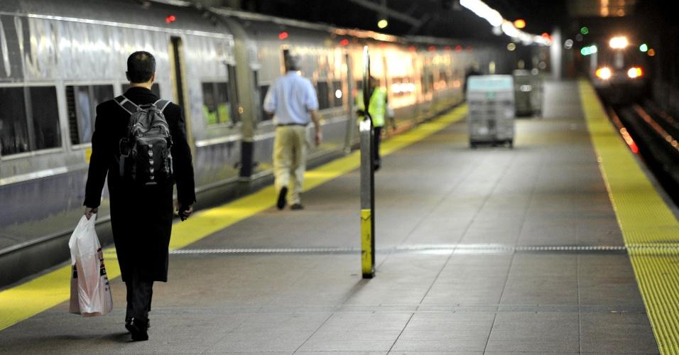 31.out.2012 - Passageiro caminha para pegar o primeiro trem da linha North do metrô, saindo da estação Grand Central, no coração de Manhattan, com destino a White Plains, a 40 km dali. O sistema de trens e metrô em Nova York foi suspenso na noite de domingo (28) até esta viagem
