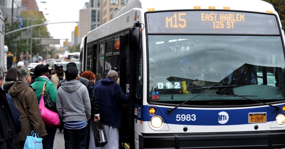 31.out.2012 - Passageiros enchem ônibus na Primeira avenida, em Nova York. O serviço de ônibus foi limitado na cidade, enquanto que o sistema de metrô ainda não voltou a funcionar após os túneis ficarem inundados na passagem do furacão Sandy