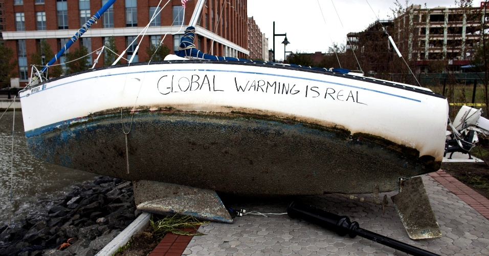 31.out.2012 - Um veleiro jogado em uma calçada pelos ventos e ondas causados pelo furacão Sandy em Hoboken Estado de Nova York, recebe uma pichação: