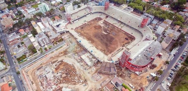 Andamento das obras de reforma na Arena da Baixada, em Curitiba (PR), em outubro de 2012