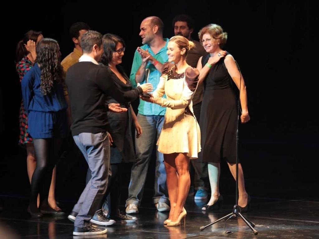 Carolina Dieckmann entrega prêmio para equipe do filme