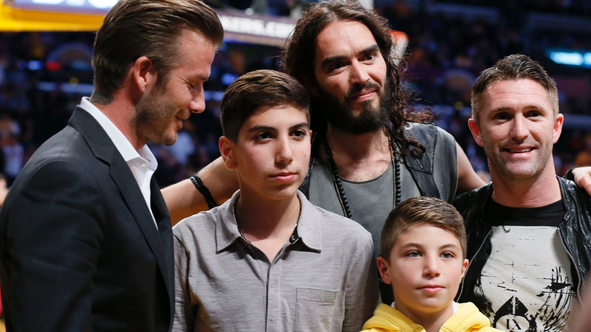 David Beckham e o ator Russell Brand posam para fotos durante o jogo entre Los Angeles Lakers e Dallas Mavericks (30/10/12)
