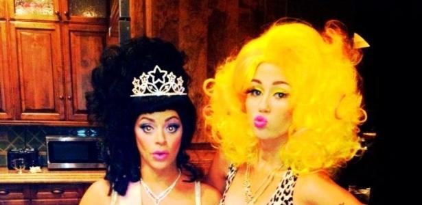Miley Cyrus postou em seu Twitter uma foto de sua fantasia e a de uma amiga para o Halloween. A cantora homenageou a rapper Nicki Minaj com um figurino de oncinha e uma peruca amarela (31/10/12)