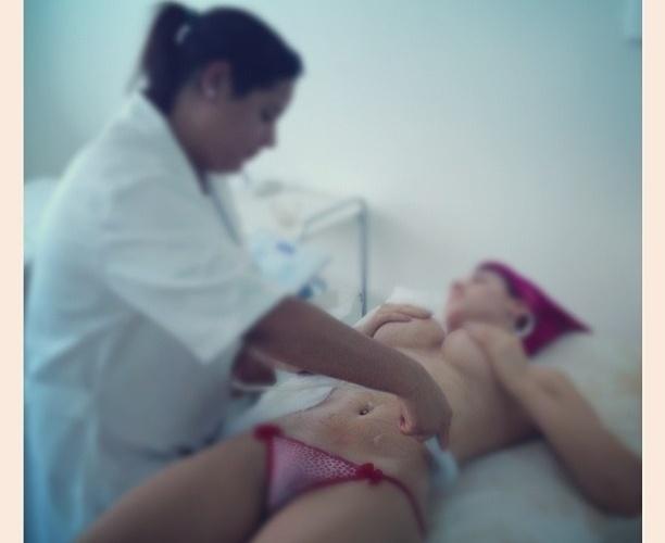 Panicat Thaís Bianca publica foto cobrindo os seios (31/10/2012)