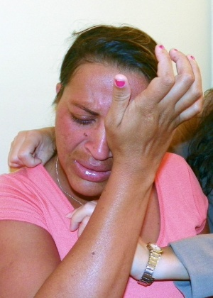 Silvânia Mota da Silva chora ao falar dos cinco filhos que foram adotados contra a sua vontade, na Bahia