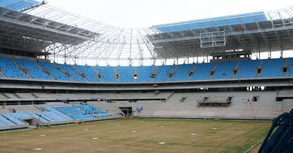 Vista interna da Arena do Grêmio com a grama nascendo no novo estádio que está sendo construído no bairro Humaitá (31/20/2012)