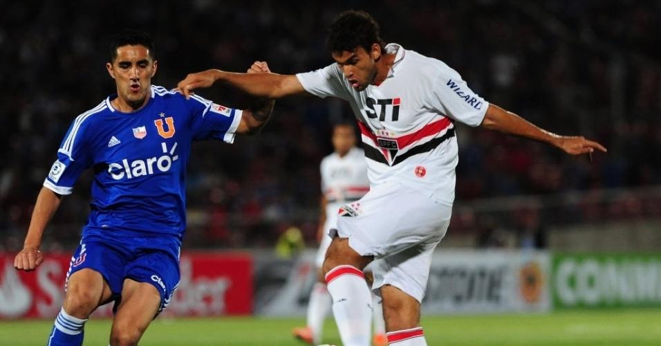 Willian José arrisca chute para abrir o placar para o São Paulo contra a Universidad do Chile, pela Sul-Americana