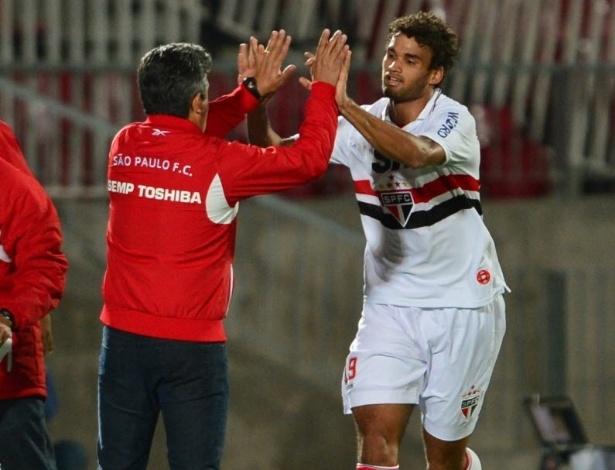 Willian José cumprimenta o técnico Ney Franco, do São Paulo, após o primeiro gol da equipe contra a Universidad do chile