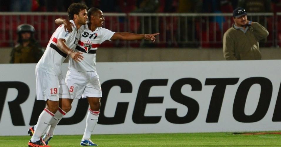 Willian José é abraçado por Wellington na comemoração do segundo gol da equipe contra a La U