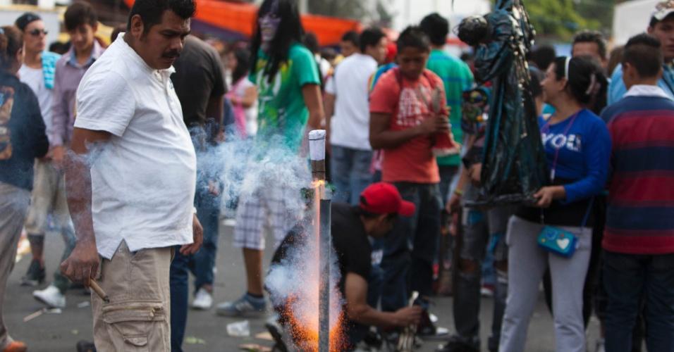 1º.nov.2012 -  As principais oferendas a ?Santa Morte? são cigarros, dinheiro, frutas, doces, maconha e tequila