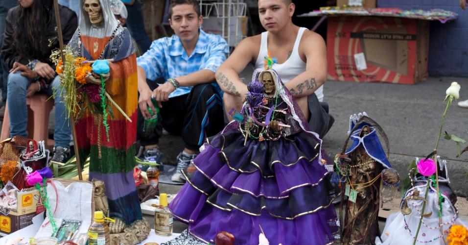 """1º.nov.2012 - Fiéis ostentam a imagem da """"Santa Morte"""", homenageada no """"Dia dos Mortos"""", em 31 de outubro, no México"""