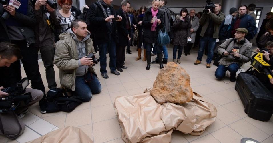 1.nov.2012 - Geólogos poloneses confirmaram o achado do maior meteorito já encontrado no leste europeu e esperam que a descoberta ajude a entender a composição da camada interior do córtex terrestre. Os dois caçadores de meteoritos encontraram o objeto de 300 quilos, em forma de cone, no final de setembro, a dois metros de profundidade na reserva de meteoritos de Morasko, ao norte da cidade de Poznan