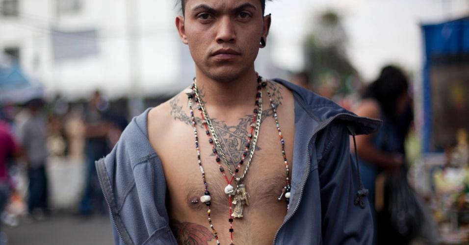 """1º.nov.2012 - Homem exibe tatuagens durante celebração do """"Dia dos Mortos"""", celebrado em 31 de outubro, no México"""