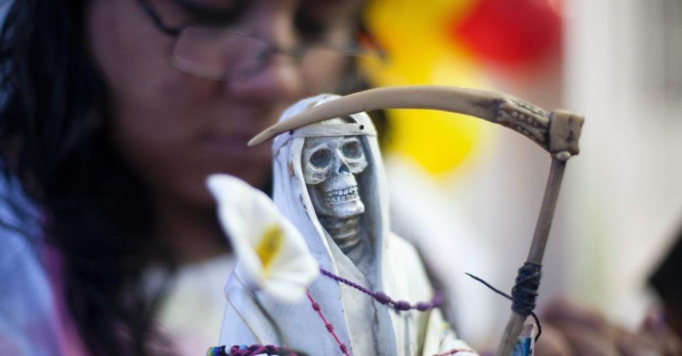 """1º.nov.2012 - Mexicana ostenta imagem da """"Santa Morte"""", celebrada durante o Dia dos Mortos"""