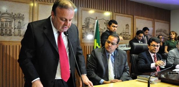 O vice-prefeito de Natal, Paulo Eduardo Freire (PP), o Paulinho Freire (à esquerda), é empossado no cargo de prefeito da cidade