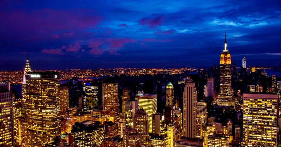 1°.nov.2012 - Paisagem da ilha de Manhattan mostra o chamado Midtown, ao norte da rua 34, iluminada, enquanto a parte mais baixa da ilha, ao sul, permanece no escuro