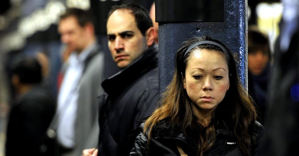 1°.nov.2012 - Passageiros esperam na estação da rua 59, no primeiro dia de funcionamento parcial do metrô de Nova York
