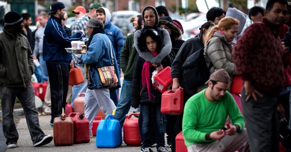 1°.nov.2012 - Pessoas aguardam na fila para abastecer em um posto em Fort Lee, Nova Jersey. O número de mortos saltou para mais de 80 após Nova York divulgar novos números. O fornecimento de combustível é deficiente desde a passagem do furacão Sandy, na segunda-feira (29)