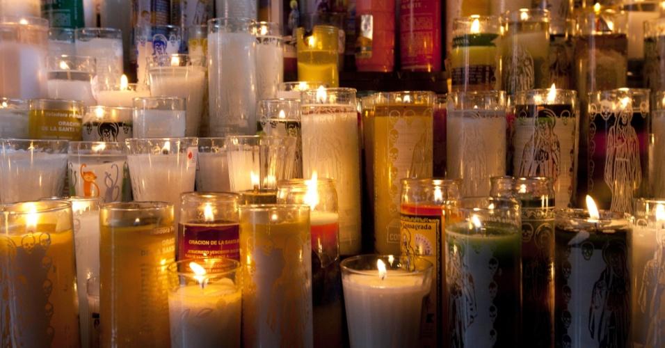 """1º.nov.2012 - Velas são acesas para a """"Santa Morte"""", homenageada no """"Dia dos Mortos"""", em 31 de outubro, no México"""