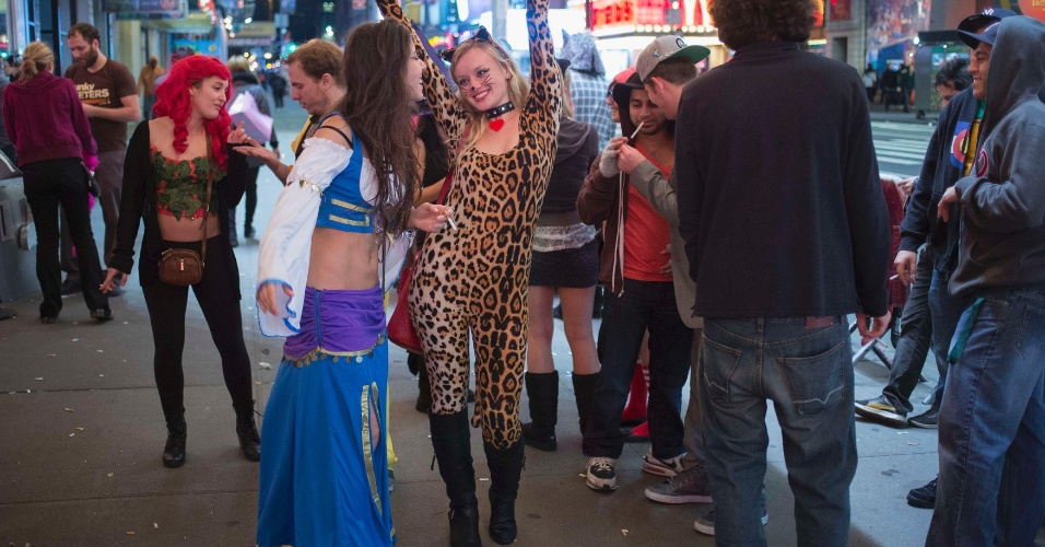 1º.nov.2012 - Nem a tempestade Sandy atrapalhou a festa desse grupo que curtiu o Halloween em uma balada na Times Square, em Manhattan