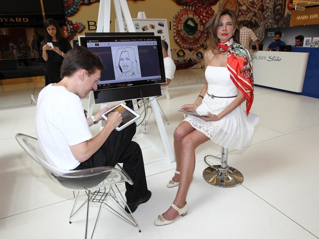 A apresentadora Luciana Gimenez faz pose de musa para ser retratada em caritcatura (1/11/12)