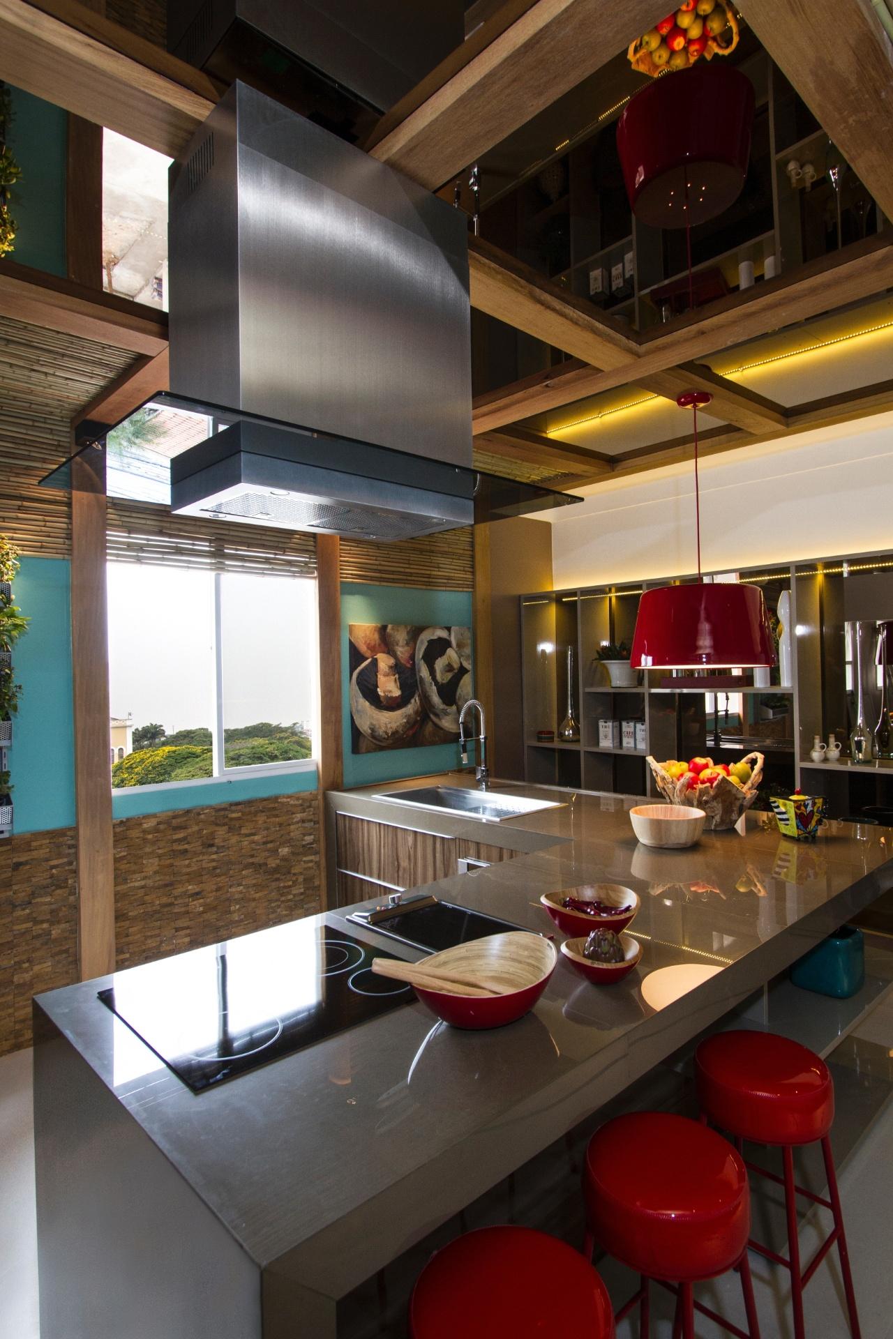 A Cozinha e Lavanderia, ambiente projetado por Adriana Consulin, tem como destaque a bancada grande e solta, que dá maior amplitude ao ambiente. A Casa Cor Campinas fica em cartaz até dia 2 de dezembro de 2012, na Cúria Metropolitana. São 36 ambientes, mais de 45 profissionais e 2.695 m² de área construída em padrão Art Déco