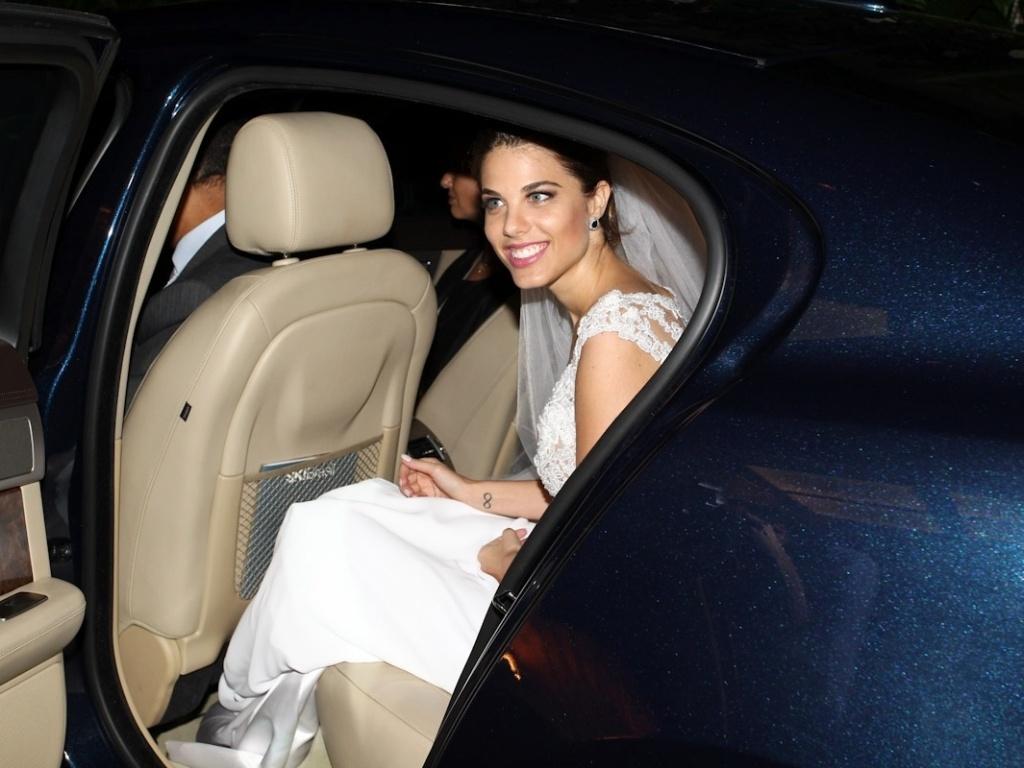 A noiva, Mama Maluf, chega ao local da cermônia no bairro do Itaim-Bibi, em São Paulo (1/11/12)