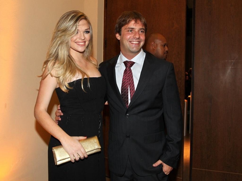 Acompanhado da namorada, Fabio Rabin prestigiou o casamento de Daniel Zukerman, o Impostor do