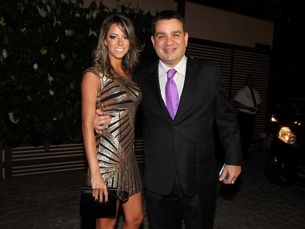 Acompanhado da namorada, Marcos Chieza, o Bola, prestigiou o casamento de Daniel Zukerman, o Impostor do