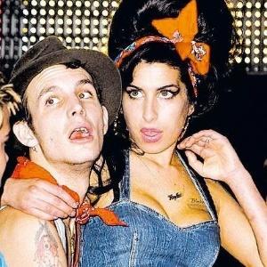 Amy Winehouse e Blake Fielder-Civil em foto de 2008