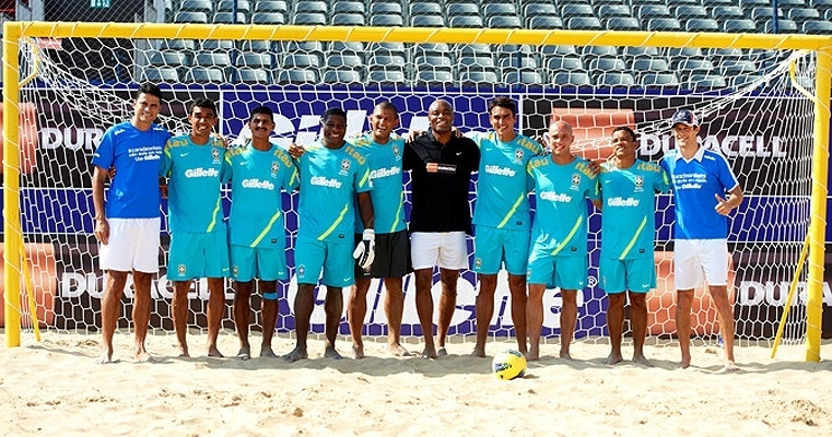 Anderson Silva posa com a seleo brasileira de futebol de areia em visita a Dubai, onde o time participa de campeonato neste fim de semana. Lutador viajou a convite de uma das patrocinadoras, que tambm apoia sua carreira 