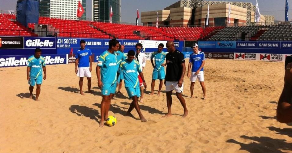 Anderson Silva vai para a areia e brinca com a seleção em Dubai, antes da II Copa Intercontinental