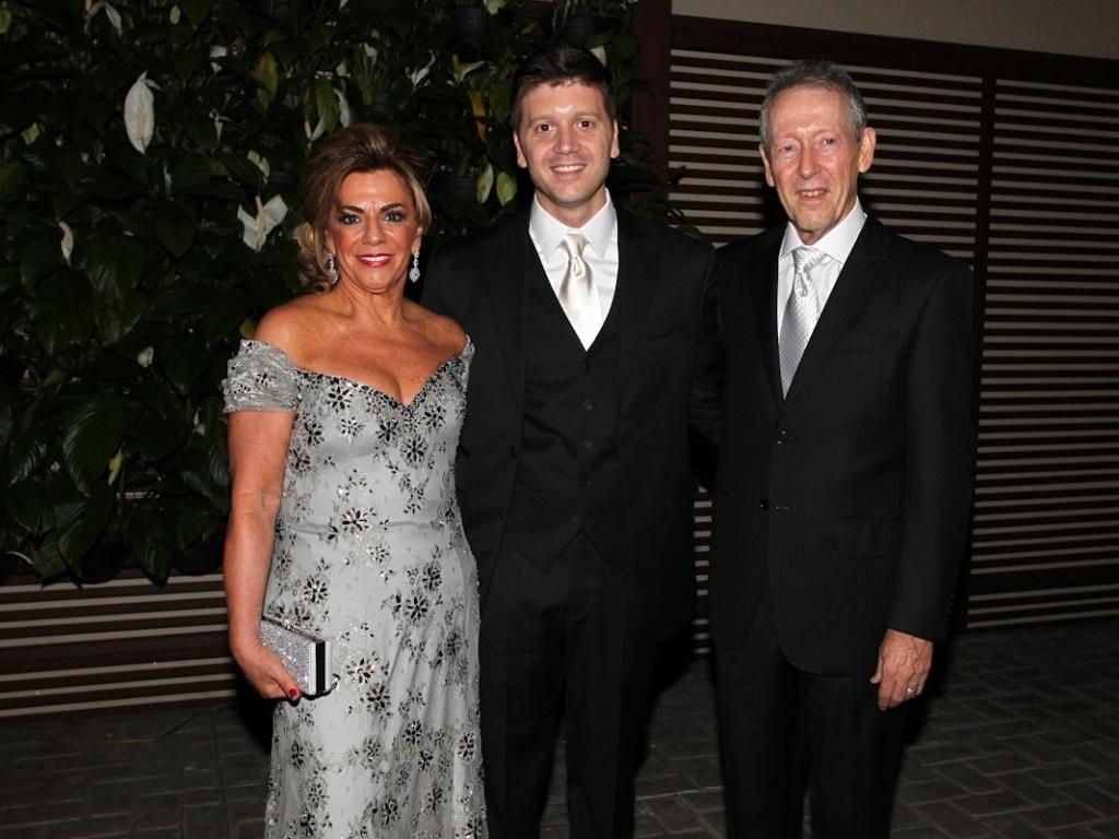 Daniel Zukerman posou ao lado dos pais (1/11/12). Ele se casou com Mama Maluf nesta quinta