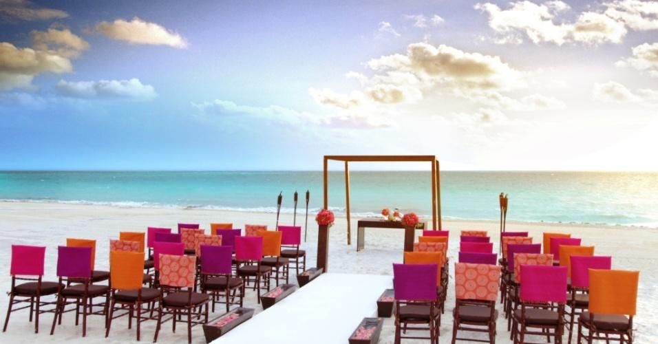 Estilo de decoração do pacote Coleção Entardecer, da rede Palace Resorts (www.palaceresorts.com), em Cancún e Riviera Maia. Com cadeiras em cor chocolate e decoradas com tecidos coloridos, a cerimônia recebe, no máximo, 30 convidados