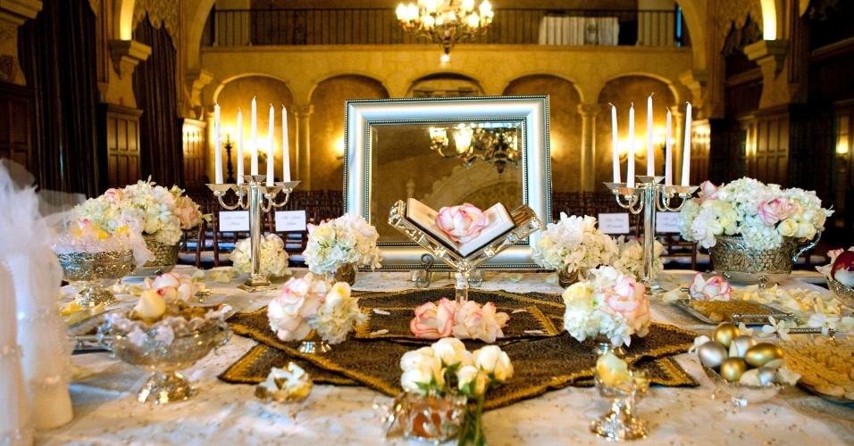 Exemplo de enfeites de mesa para a cerimônia, feita com flores e velas; Biltmore Hotel, em Coral Gables, Miami. (http://www.biltmorehotel.com/)
