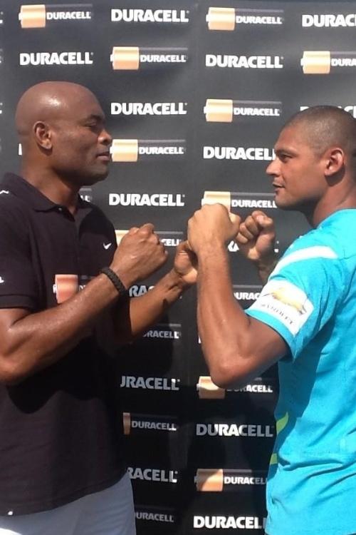 Goleiro Mão fica cara a cara com o campeão do UFC Anderson Silva na II Copa Intercontinental de futebol de areia, em Dubai