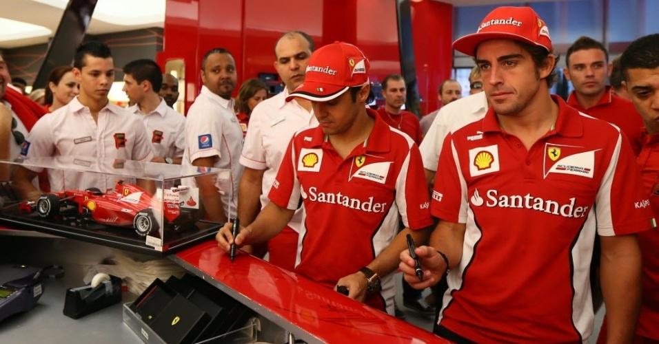 Massa e Alonso autografam balcão do parque temático da Ferrari