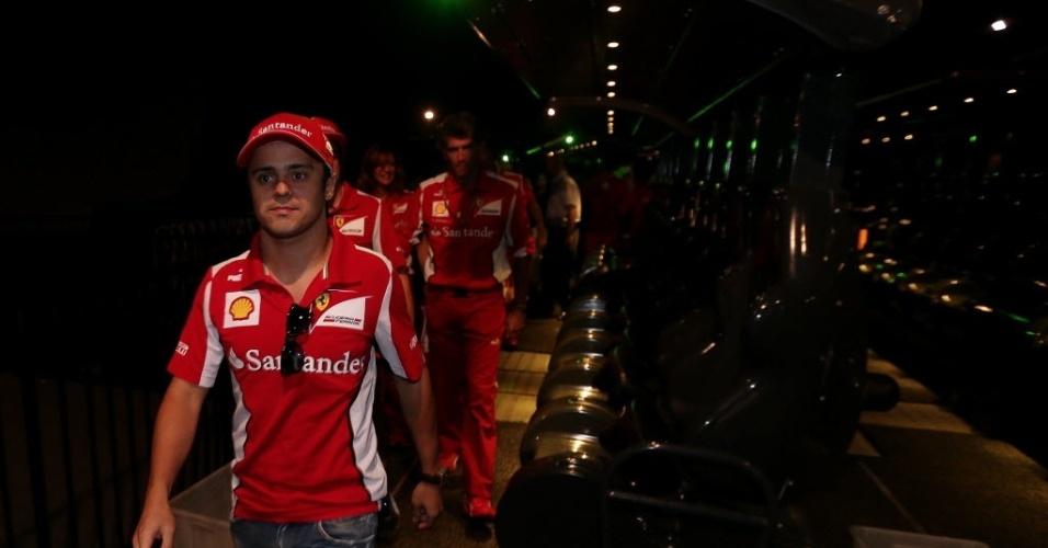 Massa passeia pelo parque da Ferrari em Abu Dhabi, que fica próximo ao circuito de Yas Marina