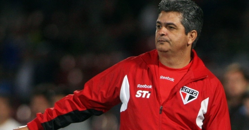 Ney Franco gesticula com os jogadores do São Paulo durante a vitória por 2 a 0 sobre a La U, no Chile