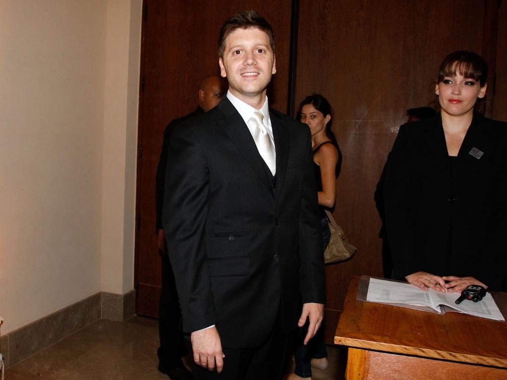 O noivo, o humorista Daniel Zukerman, chega ao local da cermônia de casamento no bairro do Itaim-Bibi, em São Paulo (1/11/12)