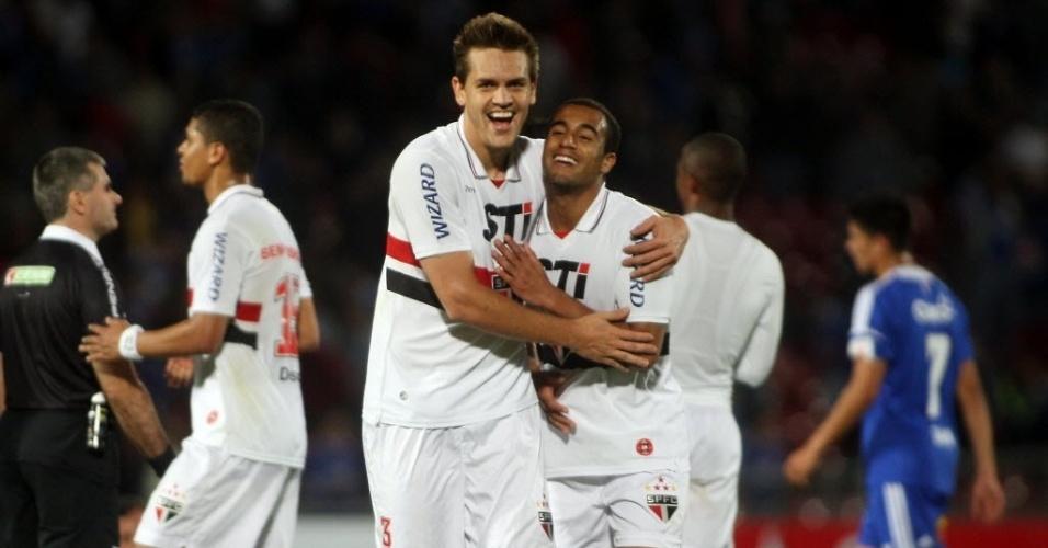 Rafael Tolói e Lucas deixam o gramado no Chile abraçados após a vitória do São Paulo por 2 a 0