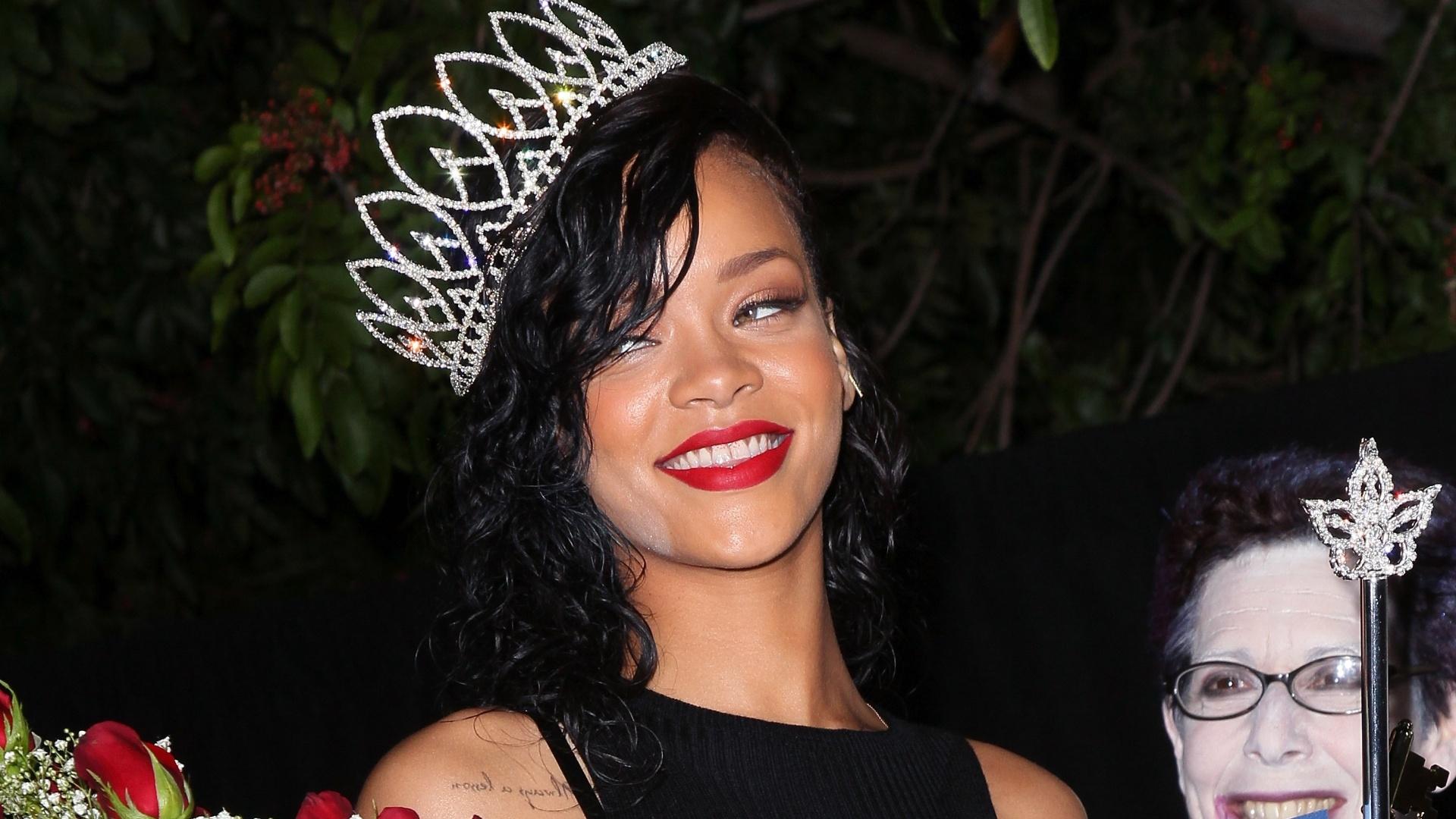 Rihanna foi coroada simbolicamente rainha da festa de Halloween da cidade de West Hollywood, na Califórnia, Estados Unidos (31/10/12)