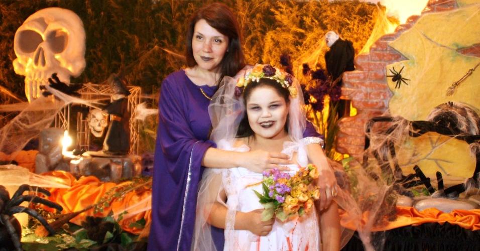 """Simony e a filha Aysha, da novela """"Carrossel"""", foi à festa à fantasia do ator Gustavo Daneluz em buffet em São Paulo (31/10/12)"""