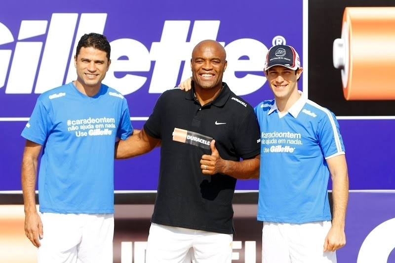 William Capita, Anderson Silva e Bruno Senna posam durante encontro com a seleo de futebol de areia em Dubai (01/11/2012)