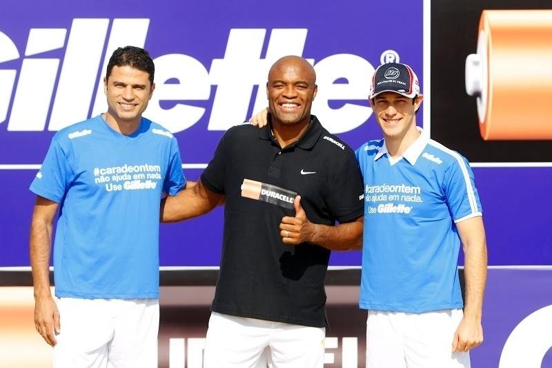 William Capita, Anderson Silva e Bruno Senna posam durante encontro com a seleção de futebol de areia em Dubai (01/11/2012)