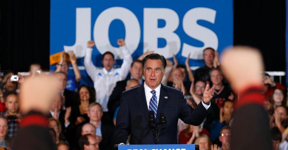 2.nov.2012 - Apoiadores do candidato republicano à Presidência dos EUA, Mitt Romney, participam de comício em West Allis, Wisconsin