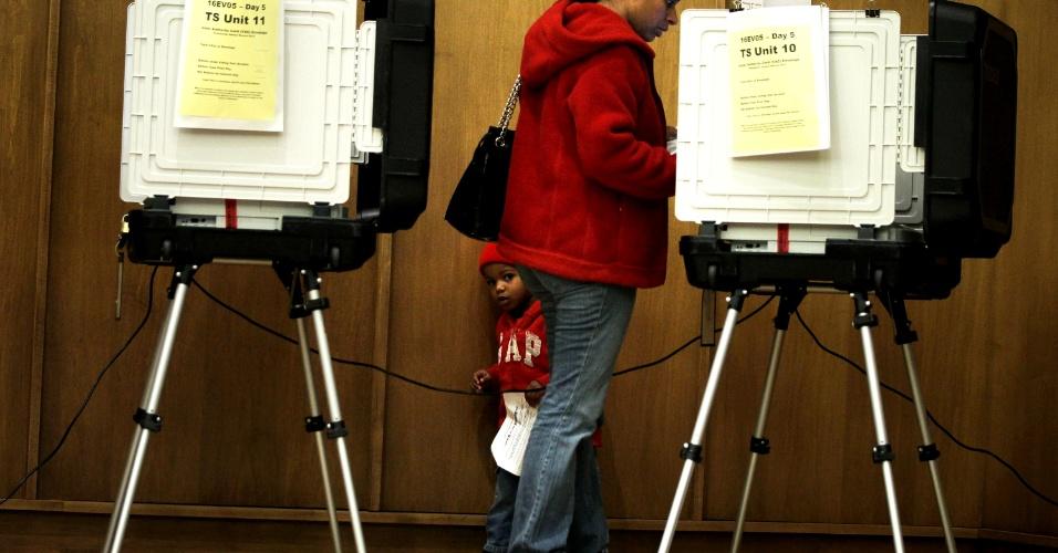 2.nov.2012 - Arriel Ferreras, 2, acompanha sua mãe à cabine durante votação antecipada no Estado de Maryland, EUA. Os eleitores do Estado quebraram o recorde de votos antecipados, que tinham prazo até quinta-feira (1°), mas foram prorrogados por causa da passagem do furacão Sandy, que trouxe fortes nevascas em Maryland