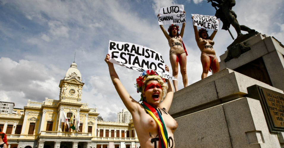 2.nov.2012 - Ativistas do Femen realizam manifestação na Praça da Estação, em Belo Horizonte, em apoio aos índios guaranis-kaiowás e em protesto contra ruralistas